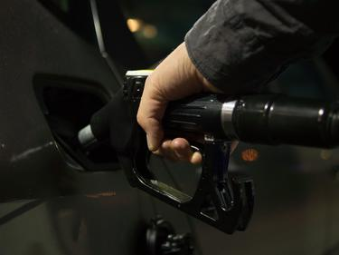 Бензинът поевтиня още