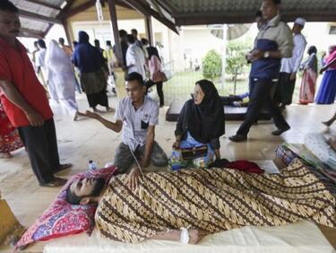 С над 100 нараснаха жертвите в Индонезия