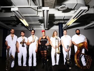 Бунтарският бенд BRASS AGAINST идва в Sofia Live Club