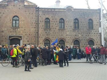 Протестиращи пред президентството поискаха оставката на Румен Радев