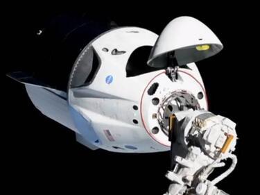 """Космическата капсула """"Драгън"""" успешно се скачи с МКС"""