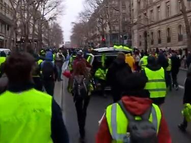 """""""Жълтите жилетки"""" подпалиха банка, заведения и жилищна сграда в Париж"""