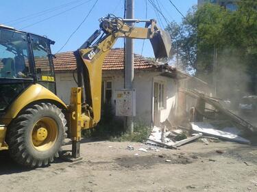 Срутиха незаконни ромски къщи в Стара Загора