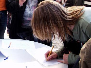 Събират подписи за провеждане на референдум за еврото