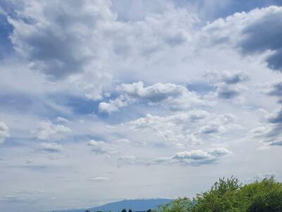 Облаци и дъжд нахлуват от запад