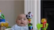 Гарантирано! Това бебе ще ви разплаче от смях (ВИДЕО)