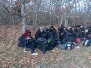 Спипаха 31 мигранти в Бургаско! Измръзнали деца и женски труп
