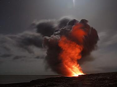 Вулканът, причинил цунамито в Индонезия, отново изригна