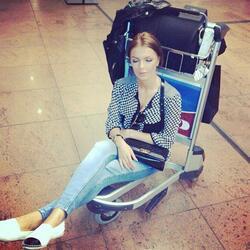 Галена заспа по клошарски на летището